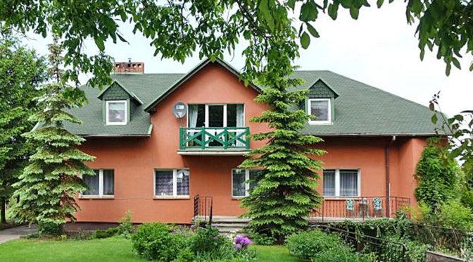 widok od strony ogrodu na ekskluzywną rezydencję na sprzedaż Toruń (okolice)