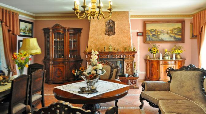 zaprojektowane i urządzone w klasycznym stylu wnętrze ekskluzywnej rezydencji do sprzedaży Wałcz (okolice)