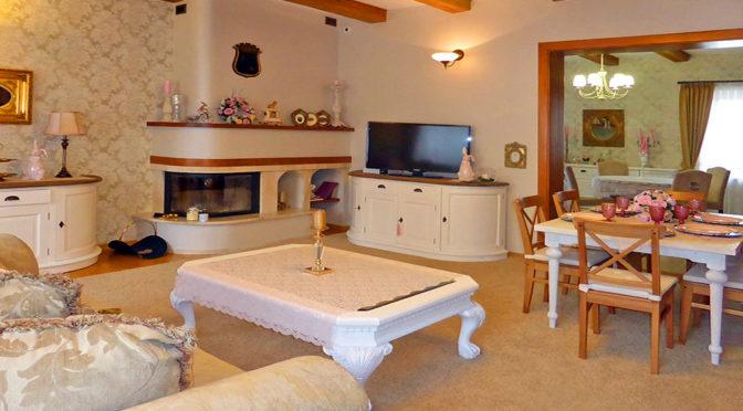 elegancki salon z kominkiem w ekskluzywnej rezydencji na sprzedaż Elbląg (okolice)
