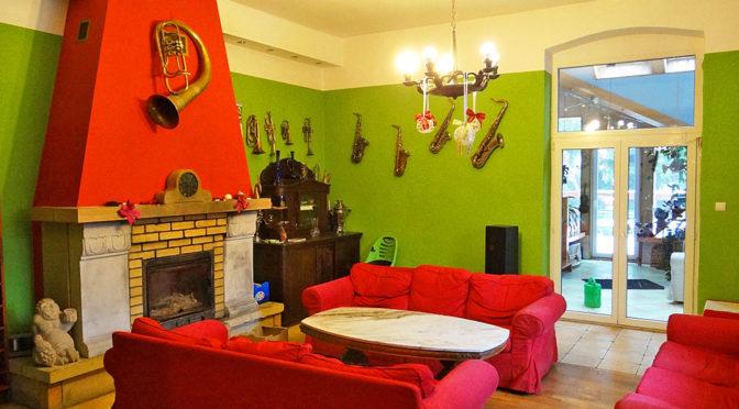 salon z kominkiem w ekskluzywnej rezydencji na sprzedaż Szklarska Poręba
