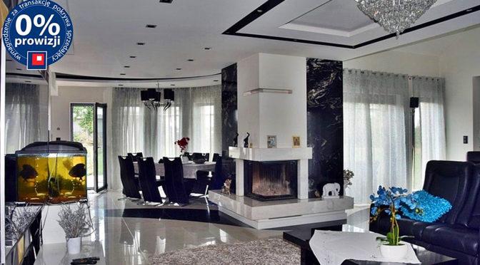 nowoczesny salon z kominkiem w ekskluzywnej rezydencji na sprzedaż Zgorzelec (okolice)