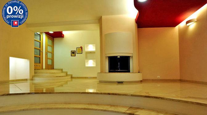 komfortowy salon z kominkiem w ekskluzywnej rezydencji do sprzedaży Olsztyn