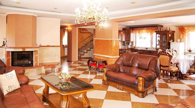 kameralne i wytworne wnętrze salonu w ekskluzywnej rezydencji do sprzedaży Inowrocław