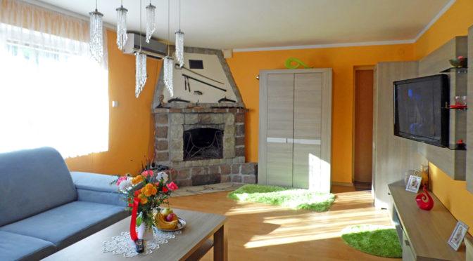 słoneczny i prestiżowy salon z kominkiem w ekskluzywnej rezydencji na sprzedaż Kwidzyn (okolice)
