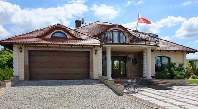 front i reprezentacyjne wejście do ekskluzywnej rezydencji na sprzedaży Toruń (okolice)