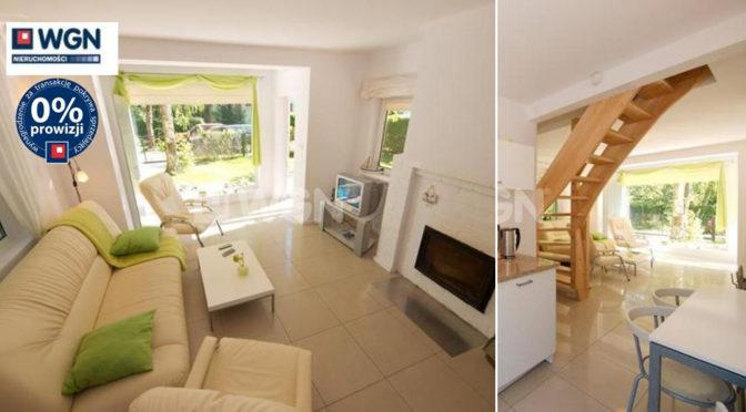 po lewej salon z kominkiem, po prawej komfortowe wnętrze ekskluzywnej rezydencji na sprzedaż nad morzem