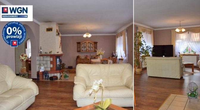 po lewej salon z kominkiem, po prawej pokój dzienny w ekskluzywnej rezydencji na sprzedaż Słupsak