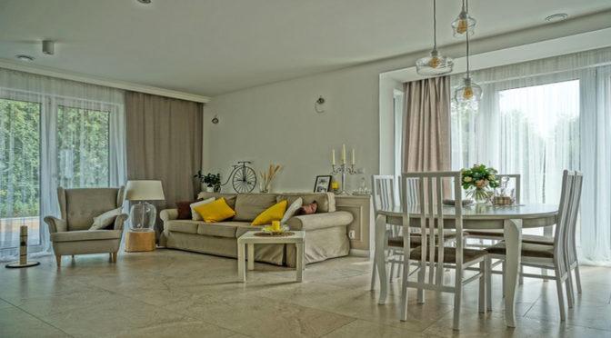 zaprojektowany w stylu klasycznym salon w ekskluzywnej rezydencji na sprzedaż nad morzem