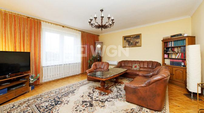 zaaranżowane w klasycznym stylu wnętrze salonu w luksusowej rezydencji na wynajem Tarnów