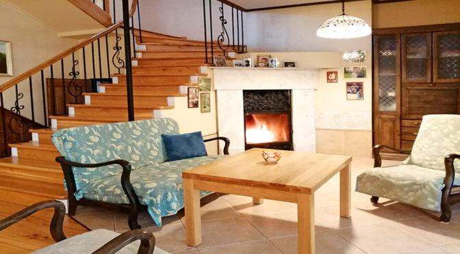 kameralny salon z kominkiem w ekskluzywnej rezydencji do sprzedaży Żagań (okolice)
