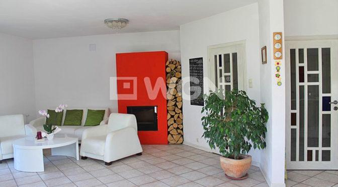 salon z kominkiem w białej tonacji w ekskluzywnej rezydencji do sprzedaży Tczew
