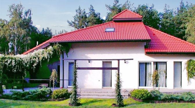 widok od strony ogrodu na ekskluzywną rezydencję do sprzedaży Warszawa (okolice)