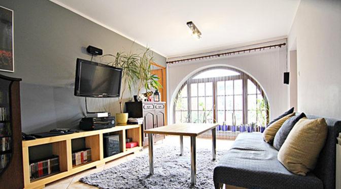 słoneczne wnętrze ekskluzywnego salonu w luksusowej rezydencji na sprzedaż Wieluń (okolice)