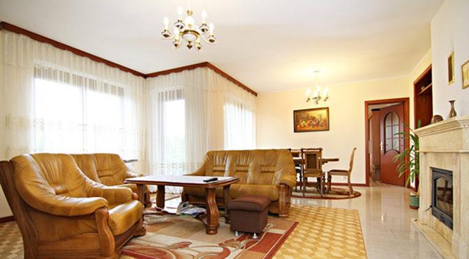 zaprojektowany w klasycznym stylu salon w ekskluzywnej rezydencji na sprzedaż Wieluń