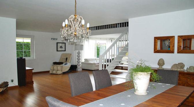 zaaranżowany w klasycznym, eleganckim stylu luksusowy salon w ekskluzywnej rezydencji na sprzedaż Gdańsk (okolice)