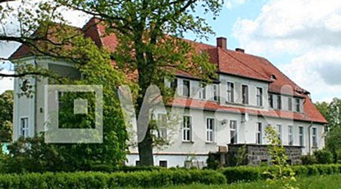 widok od strony ogrodu na luksusową rezydencją na sprzedaż Koszalin (okolice)