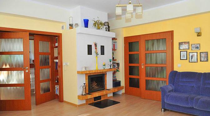 elegancki salon z kominkiem w luksusowej rezydencji na sprzedaż nad morzem