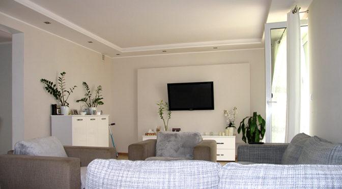 eleganckie wnętrze salonu w luksusowej rezydencji na sprzedaż Brodnica