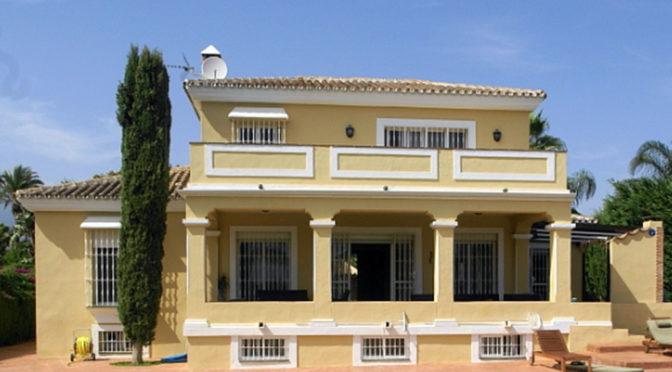 widok od strony basenu na luksusową rezydencję na sprzedaż Hiszpania (Costa del Sol, Malaga)