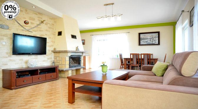 komfortowy salon z kominkiem w ekskluzywnej rezydencji na sprzedaż Kluczbork (okolice)