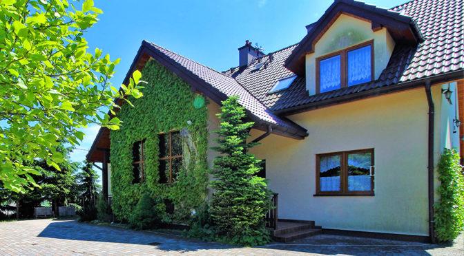 widok od strony ogrodu na pergolę przy luksusowej rezydencji na sprzedaży Kraków (okolice)