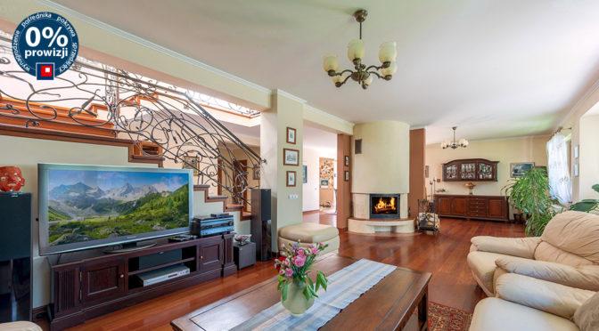 elegancki salon z kominkiem w luksusowej rezydencji na sprzedaż