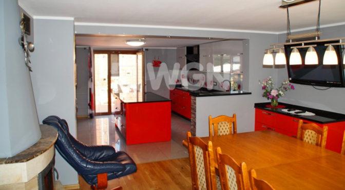 widok z salonu na aneks kuchenny w ekskluzywnej rezydencji do sprzedaży Koszalin (okolice)