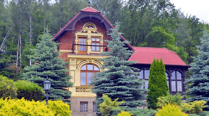widok od frontu na ekskluzywną rezydencję na sprzedaż Kłodzko (okolice)