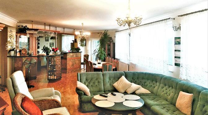 zaaranżowany w klasycznym stylu salon w ekskluzywnej rezydencji do sprzedaży Słupsk (okolice)