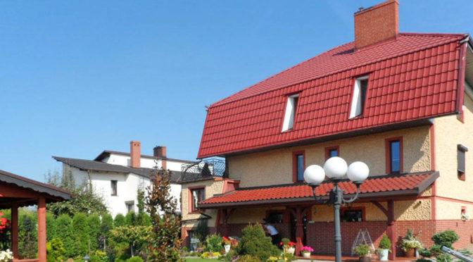 widok od strony ogrodu i tarasu na luksusową rezydencję do sprzsdaży Brodnica (okolice)