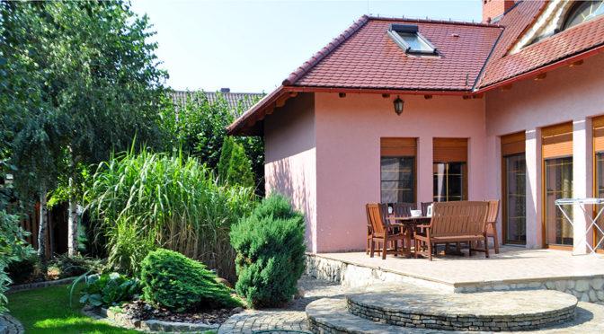 zdjęcie od strony tarasu prezentujące luksusową rezydencje do sprzedaży Wałcz (okolice)