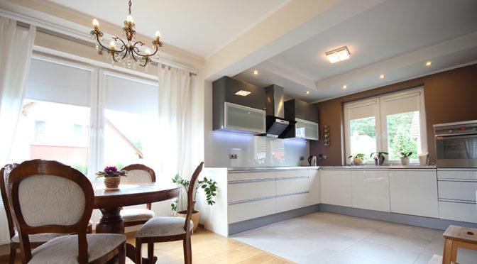 widok z salonu na nowoczesną kuchnię w luksusowej rezydencji na wynajem Szczecin (okolice)