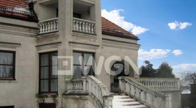 imponujące rozmachem i monumentalnym stylem wejście do luksusowej rezydencji do sprzedaży Łódź (okolice)