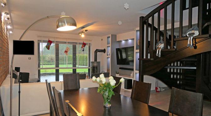 widok z jadalni na salon w ekskluzywnej rezydencji na sprzedaż Malbork