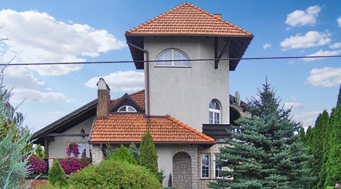 widok od strony ulicy na luksusową rezydencję do sprzedaży Brodnica