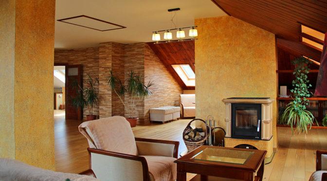 komfortowy salon z kominkiem w ekskluzywnej rezydencji do sprzedaży Kraków (okolice)