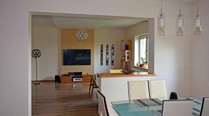 widok of strony jadalni na salon w ekskluzywnej rezydencji do sprzedaży Ostrów Wielkopolski (okolice)