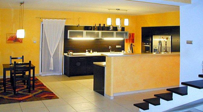widok z salonu na aneks kuchenny w ekskluzywnej rezydencji do sprzedaży Warszawa (okolice)