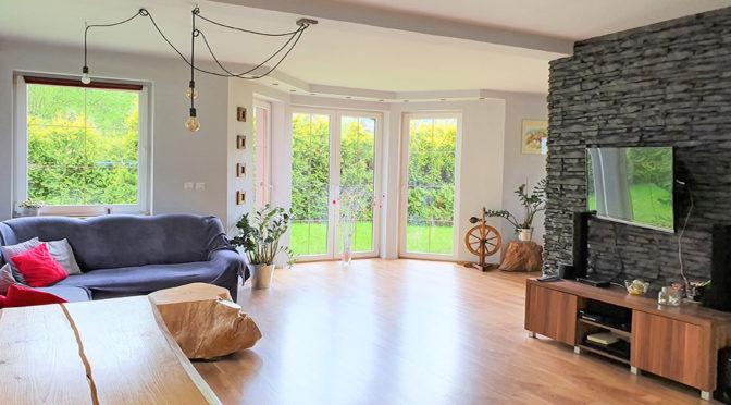 komfortowe wnętrze salonu w ekskluzywnej rezydencji do sprzedaży Wisła