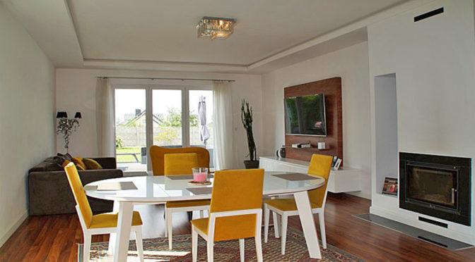 zaprojektowany w nowoczesnym stylu salon w luksusowej rezydencji do wynajmu Słupsk