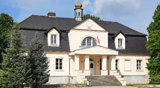 widok od frontu na luksusowy dwór do sprzedaży Zielona Góra (okolice)
