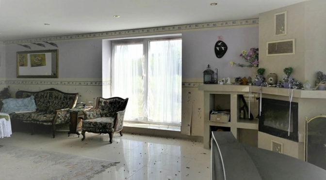 kameralne wnętrze salonu z kominkiem w ekskluzywnej rezydencji na sprzedaż Kołobrzeg (okolice)