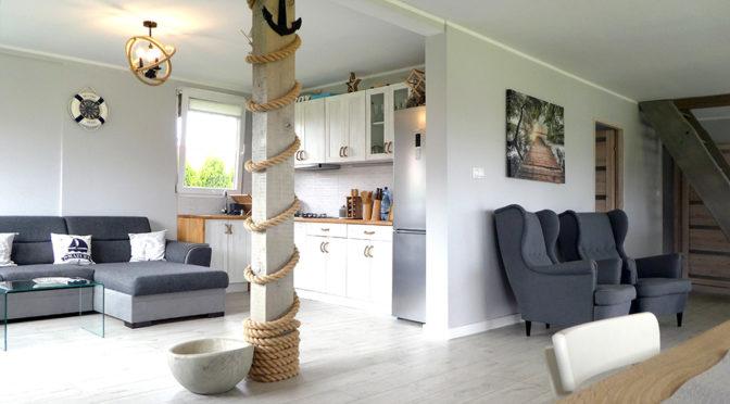 komfortowy pokój dzienny w luksusowej rezydencji na sprzedaż Mazury