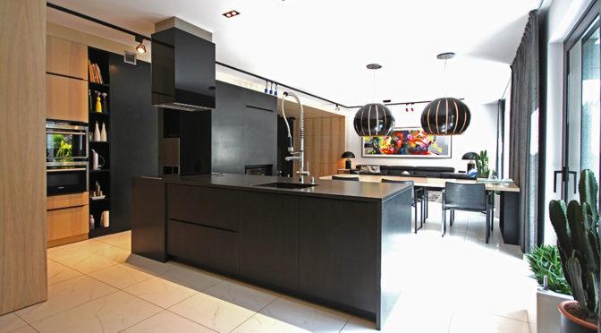 widok od strony kuchni na salon w luksusowej rezydencji na sprzedaż Szczecin (okolice)