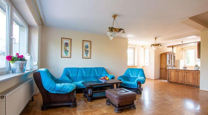 komfortowy salon w stylu klasycznym w ekskluzywnej rezydencji na wynajem Poznań