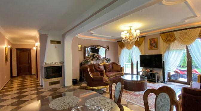 widok na klasycznie zaprojektowany i umeblowany salon w ekskluzywnej rezydencji do sprzedaży Inowrocław