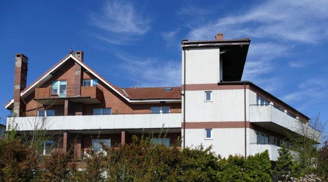 widok od strony ulicy na luksusową rezydencję do sprzedaży Kołobrzeg