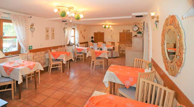 przestronne wnętrze z jadalnią w luksusowej rezydencji do sprzedaży Wisła