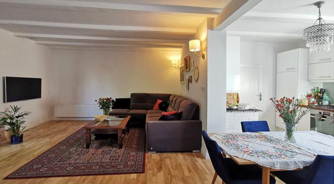 po lewej salon, po prawej kuchnia w ekskluzywnej rezydencji do sprzedaży Zielona Góra