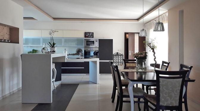 widok z salonu na aneks kuchenny w ekskluzywnej rezydencji do sprzedaży Kalisz